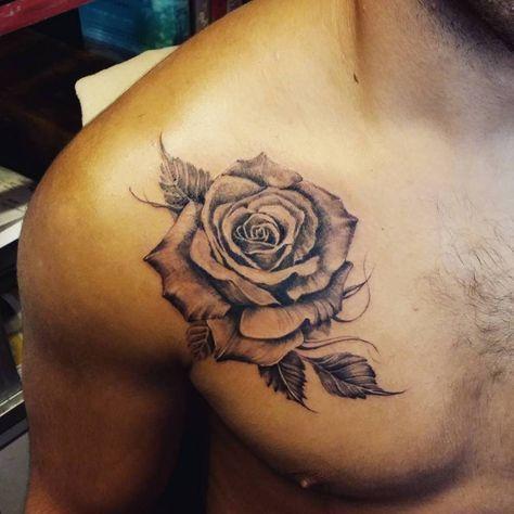Tatuaje de una rosa en entre el pecho y el hombro Artista tatuador