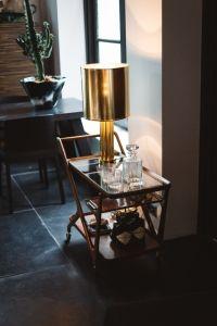 Een chic en stijlvol interieur met veel (gekleurd) glas - Roomed ...