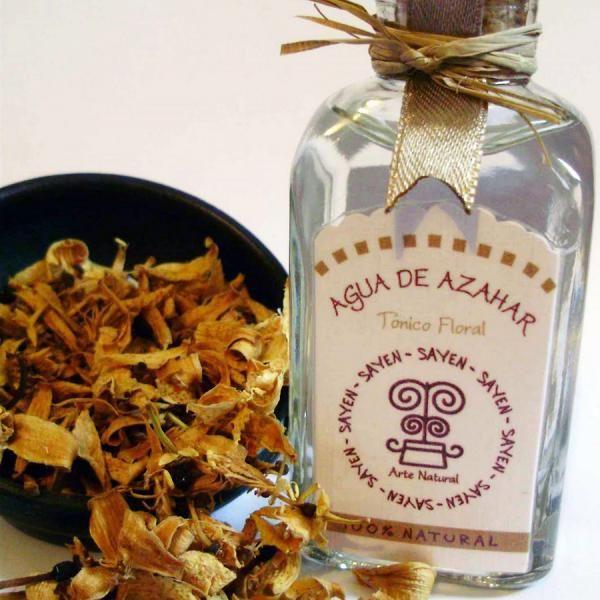Cómo hacer agua de azahar. El agua de azahar es un aromatizante que se obtiene de la destilación de las flores de azahar. Su uso más extendido es el culinario, sobre todo en el ámbito de la repostería, pero también podemos enco...