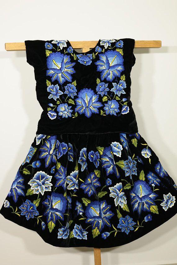 Vestido negro flores azules