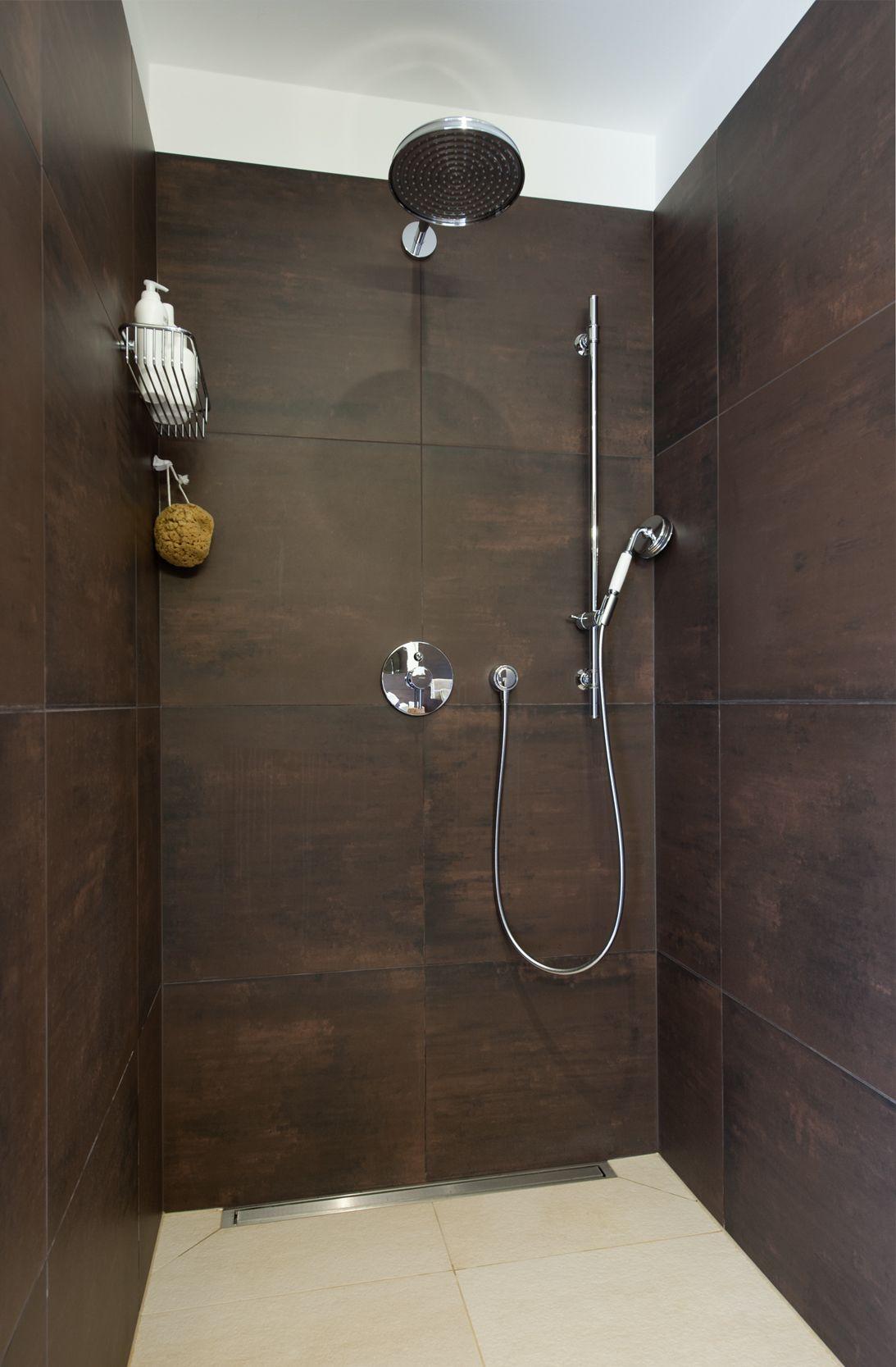 Frei Begehbare Dusche Mit Bodenebenem Einstieg Einhebelmischer Hand Und Kopfbrause Im Retrodesign Wandhangender Mo Begehbare Dusche Boden Fliesen Dusche