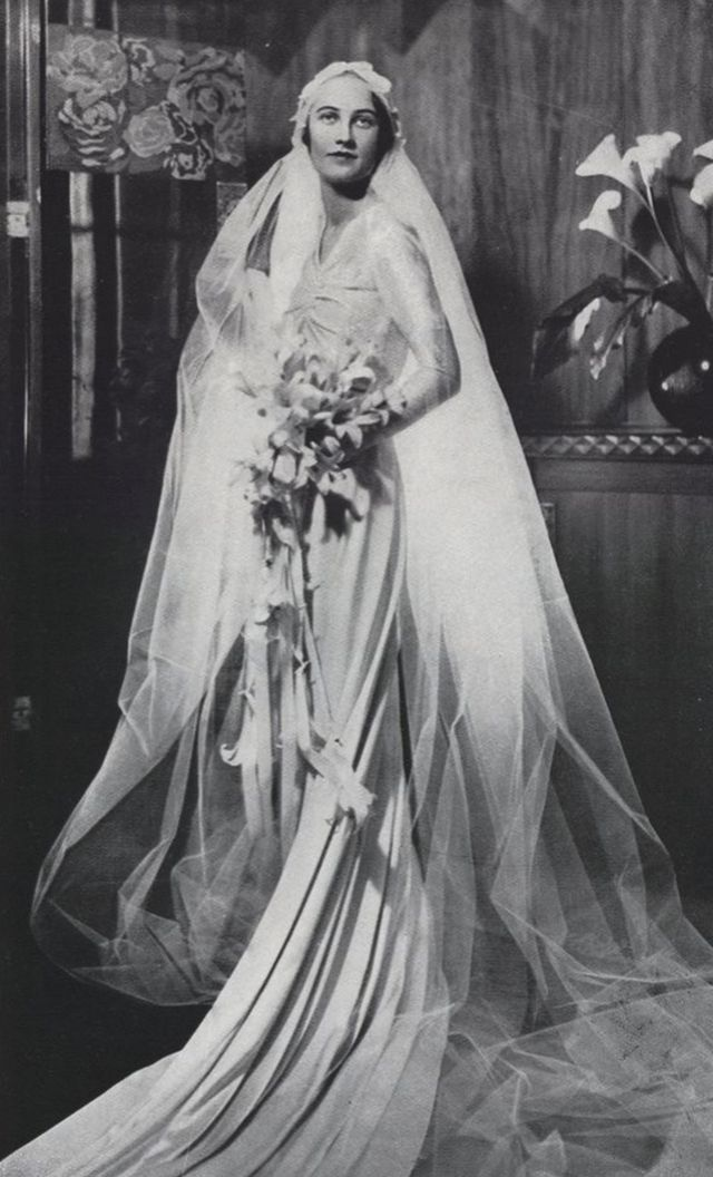 Vintage everyday 42 glamorous wedding dresses from the for Wedding dresses in the 1920s