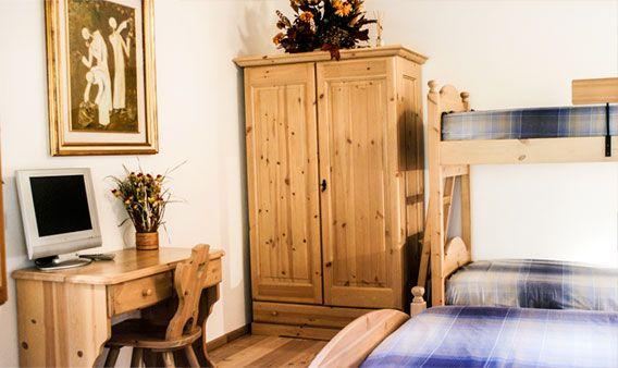 Questa camera è dotata di letto matrimoniale e letto a ...