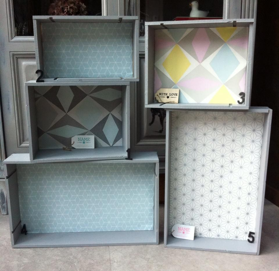des caisses vin de la peinture du papier peint un peu de cr ativit et hop le tour est jou. Black Bedroom Furniture Sets. Home Design Ideas