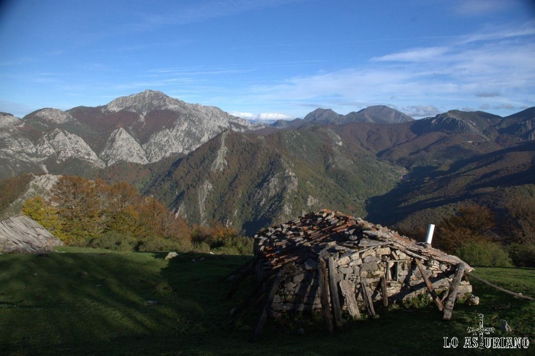 El pico Maciédome, desde la majada de Cerréu, cerca de Tarna, en Caso.