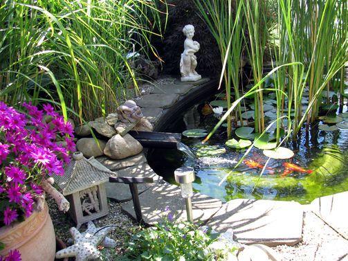 Diese kleine Oase lockt nicht nur die Fische im Teich, sondern - schone garten mit teich
