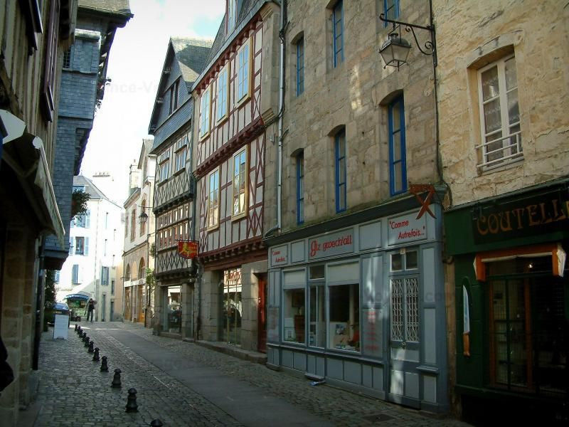 Guida del Finistère: Quimper - Strada fiancheggiata da case, alcune con borchie - France-Voyage.com