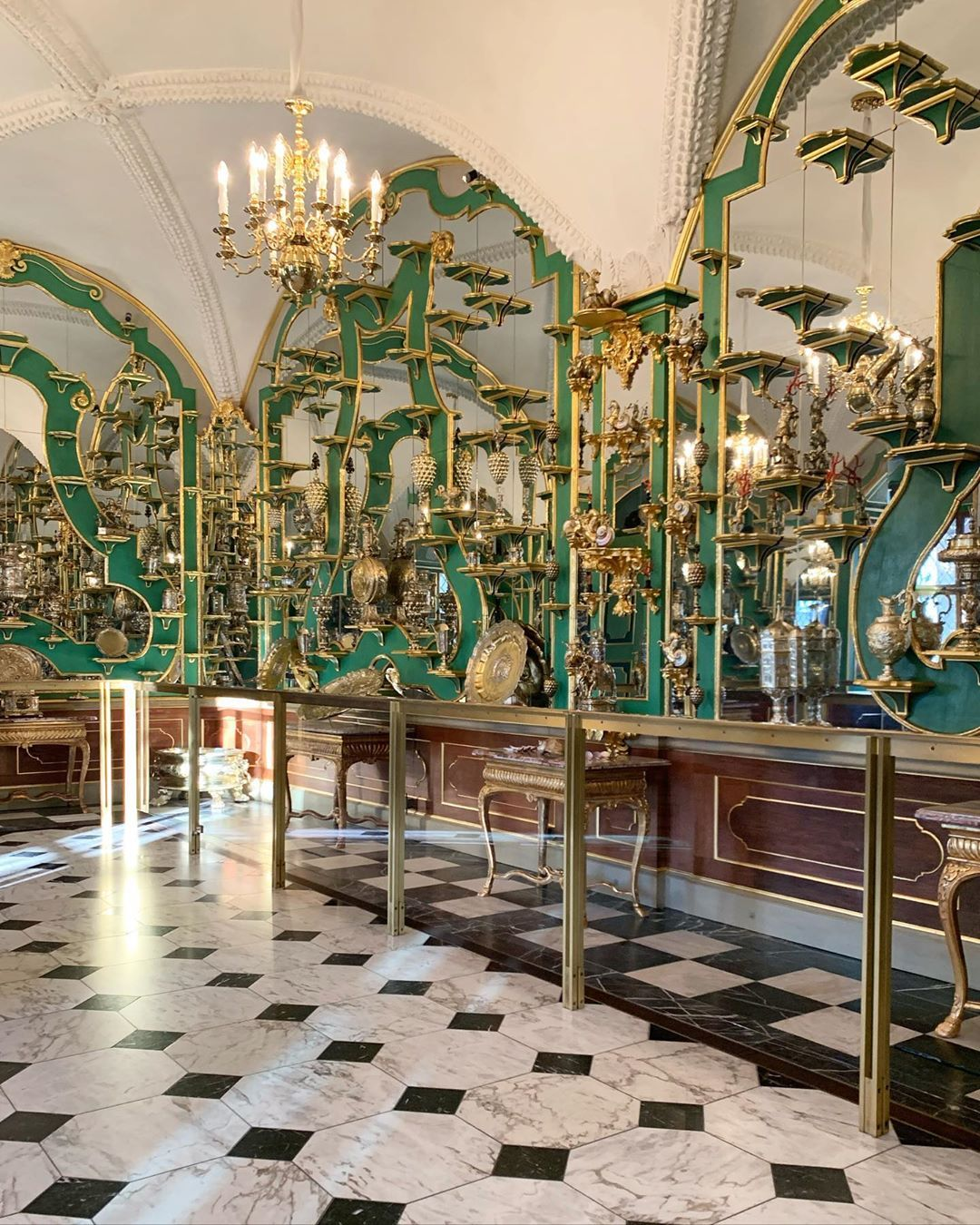 Elizabeth De Montfort Walker On Instagram I Ve Just Heard The News Of The Heist At The Grunes Gewolbe In Dresden And I A In 2020 Dresden Instagram Furnishings Design