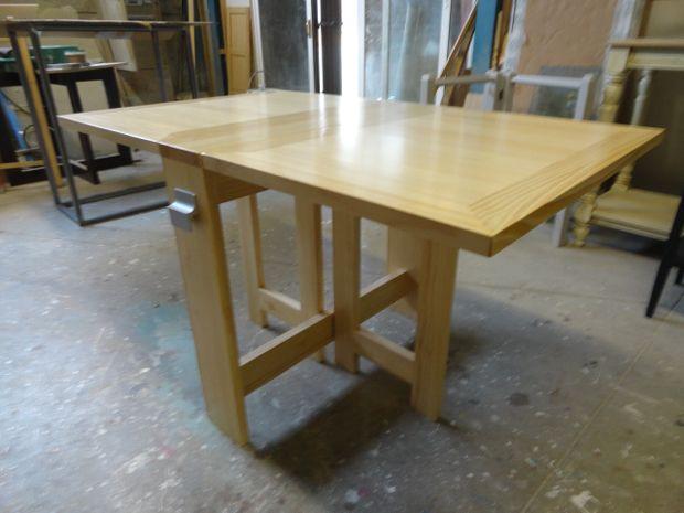 Mesa de comedor plegable fabricada en madera de pino for Mesa comedor plegable