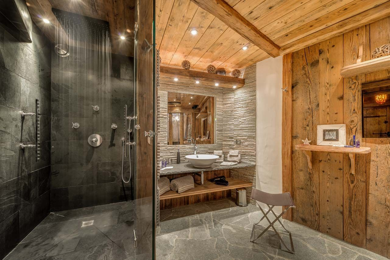 Master bathroom in Chalet Lhotse Val d\'Isere