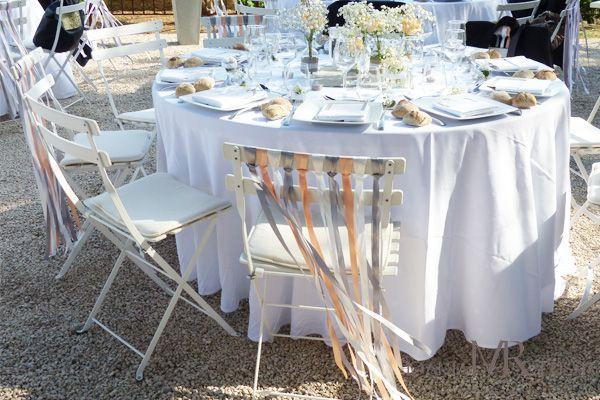 Décoration de chaise bohème chic avec longs rubans de satin pêche