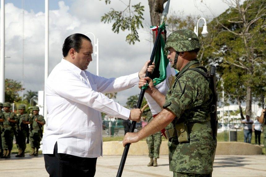 El gobernador Roberto Borge Angulo presidió hoy la ceremonia del CXCIV aniversario del Día la Bandera Nacional,  acompañado por los comandantes de la X Zona Región Militar,