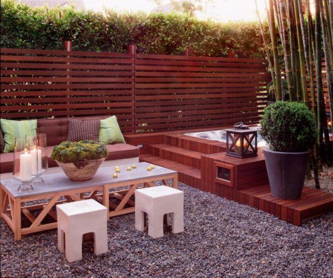 sitzplaetze-im-garten-kies-bambus-sichtschutz-holzmoebel | möbel, Garten und erstellen