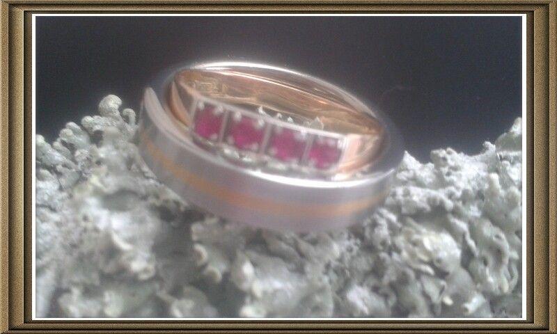 Morsiamen kihlasormus vanha, kelta- ja valkokulta rubiinisormus, sulhasen sormus keltakultaraidalla somistettu tungsten-sormus.  ♡ 1.4.2015 ♡