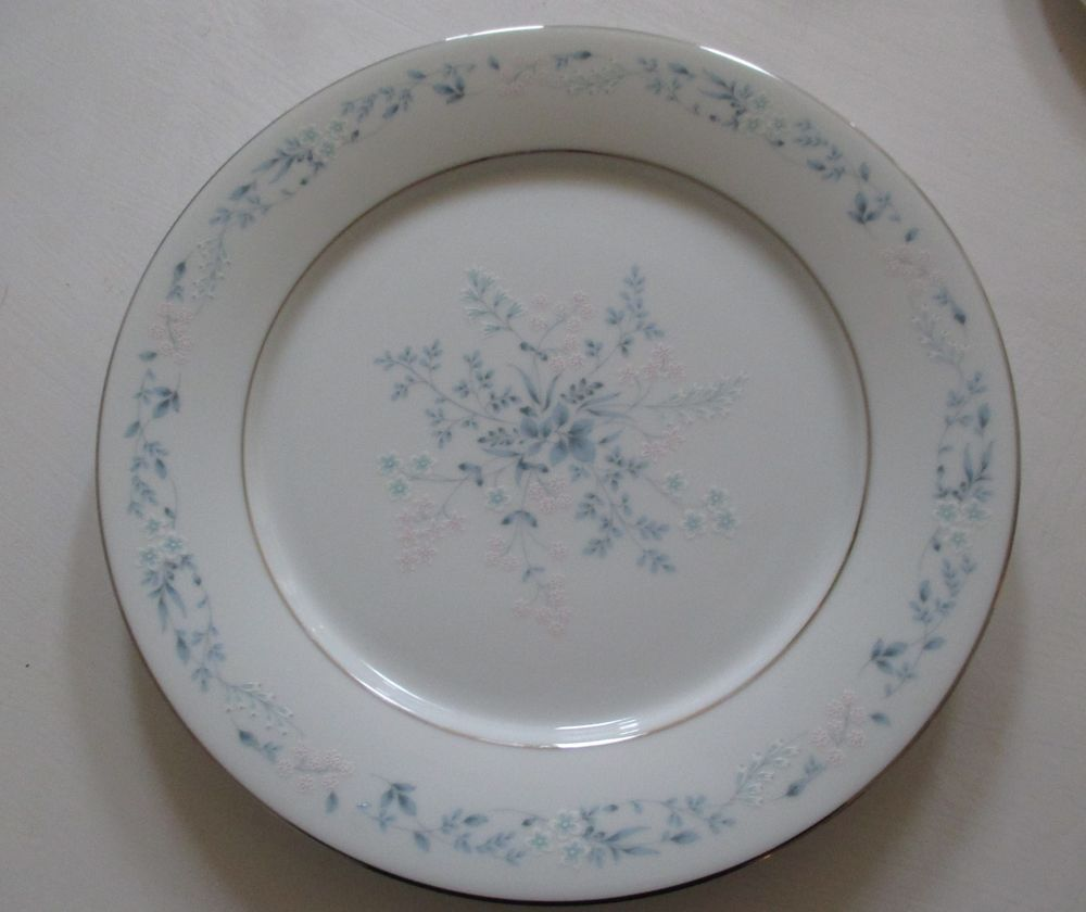 Two Noritake Contemporary Carolyn Dinner Plates & Two Noritake Contemporary Carolyn Dinner 10.5