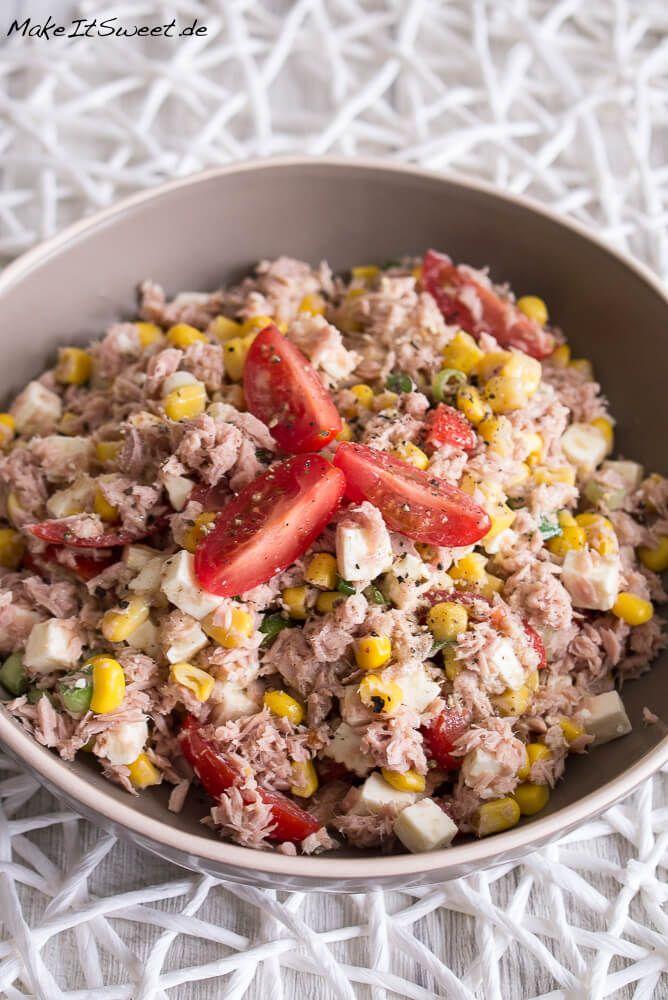 Ein einfaches und schnelles Rezept für einen Thunfischsalat mit Mais, Feta, Tomaten und Frühlingszwiebeln. Den Salat kann man gut vorbereiten und mitnehmen.