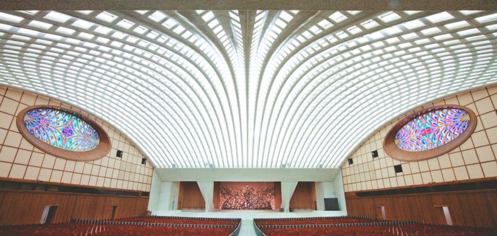 Paul VI Audience Hall. Oddly, there are no crucifixes or crosses present  anywhere in the hall or in the architecture. - Album on Img… | Vatican, Pope,  Architecture