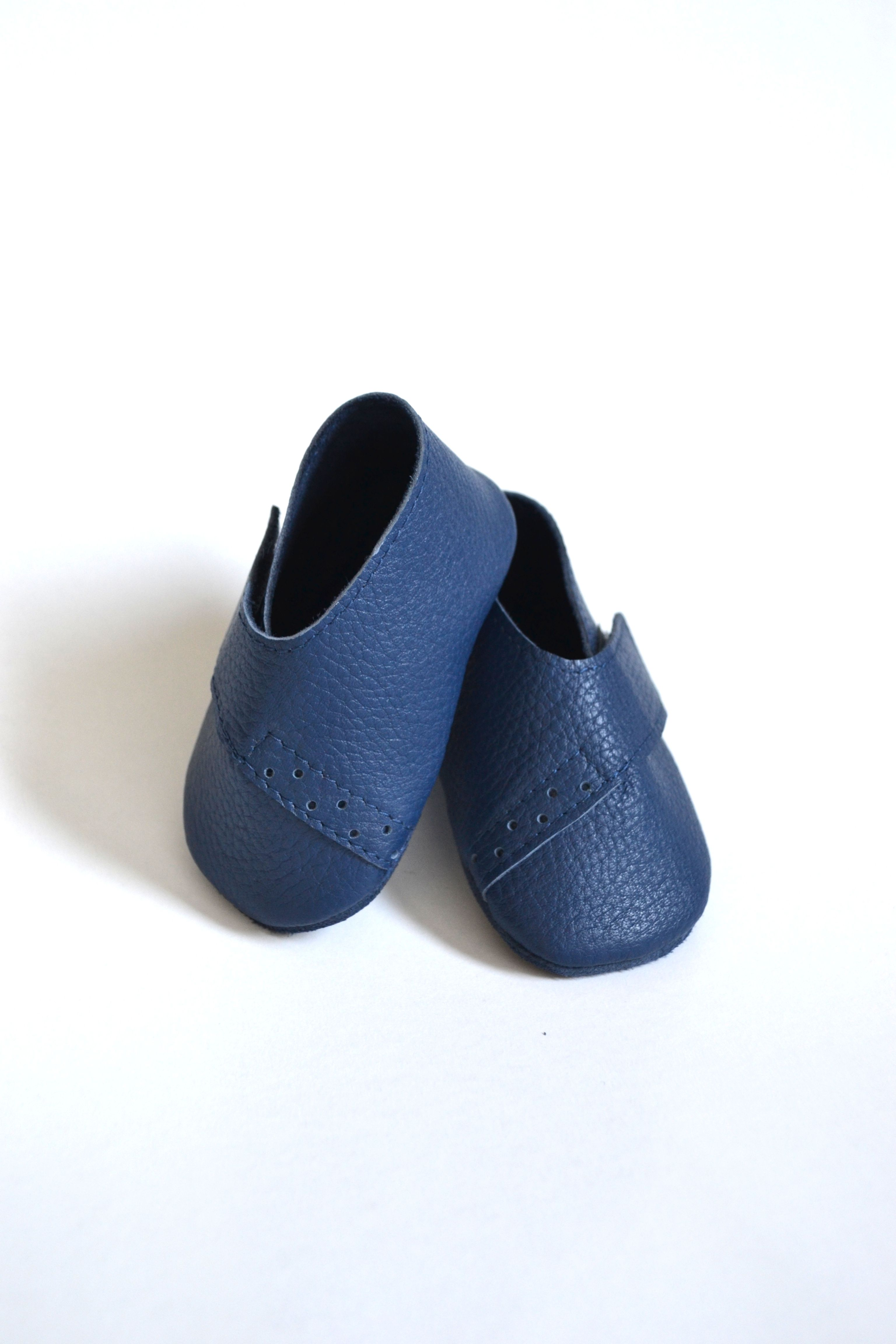 Handmade soft sole leather baby shoes in navy blue color by MiniMo