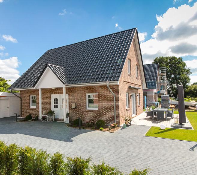 klassisches einfamilienhaus mit gro er terrasse im vorgarten eco system haus haustyp. Black Bedroom Furniture Sets. Home Design Ideas