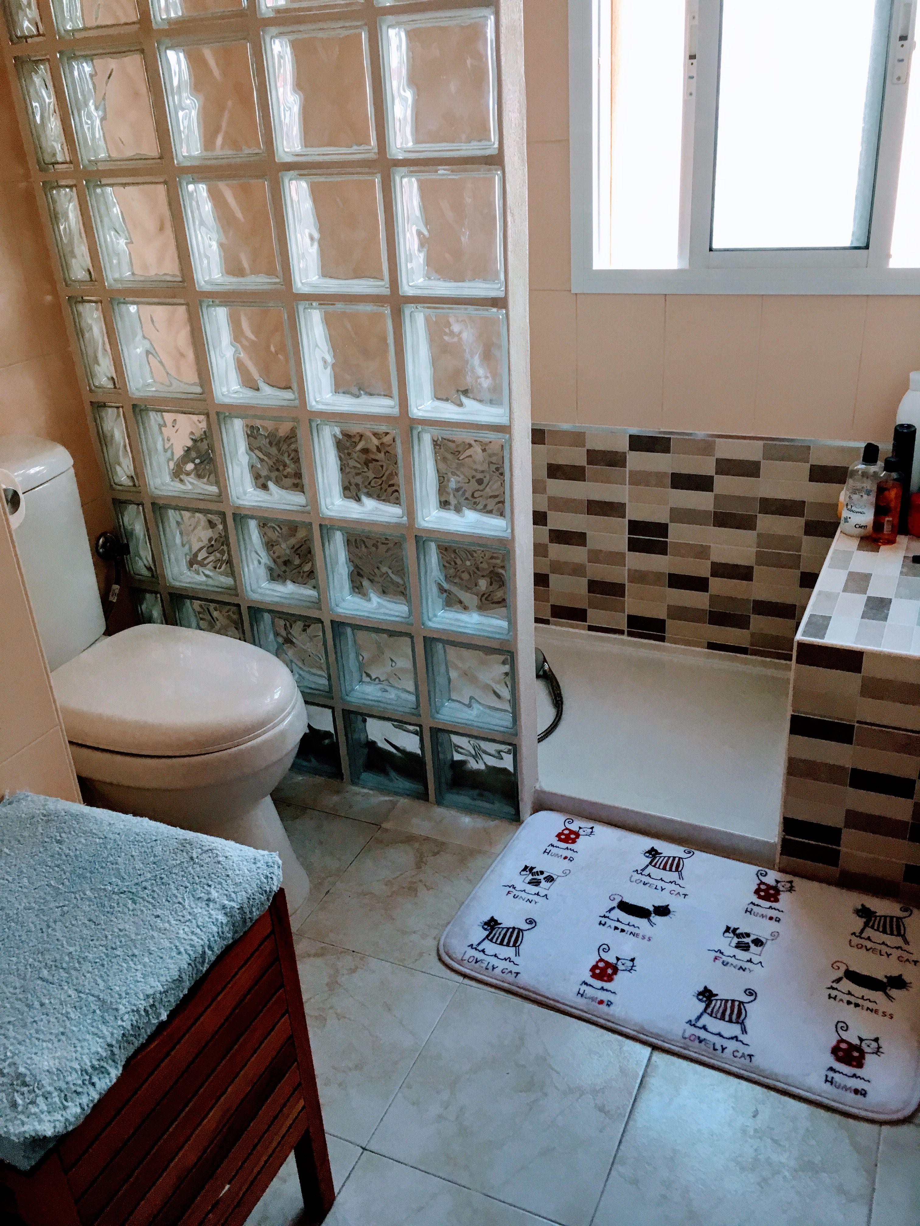 Ba o dos plato de ducha blanco muro de pav s azulejos - Duchas con paves ...