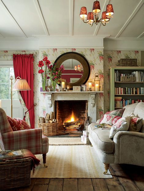 Bequeme Sessel, Rustikale Holzmöbel Und Natürliche Deko Accessoires Machen  Ein Wohnzimmer Im Landhaus Stil Wunderbar Gemütlich.