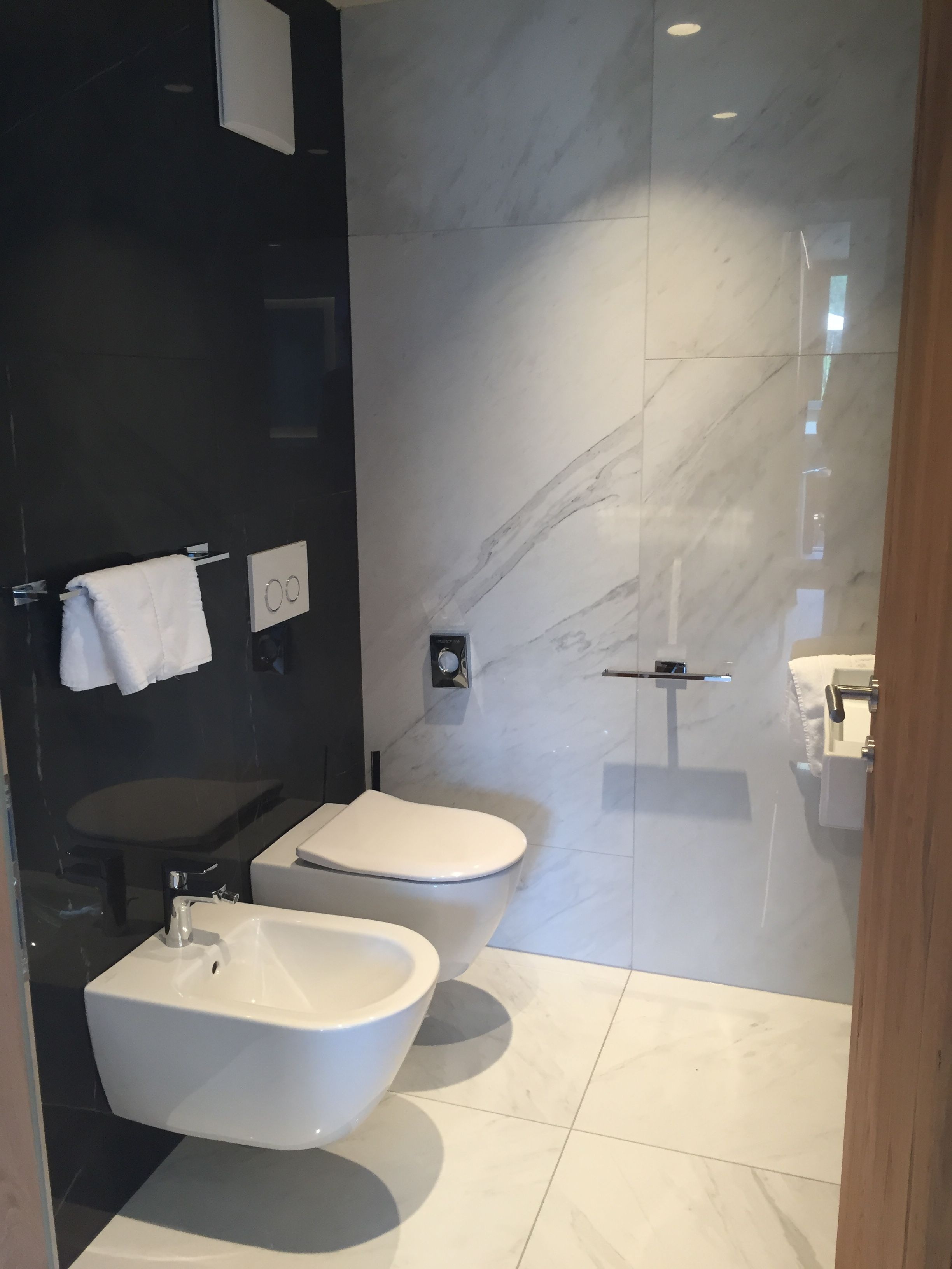 Kleines Badezimmer Mit XXL Fliesen In Marmoroptik. #Badezimmer #Fliesen  #Marmorfliesen