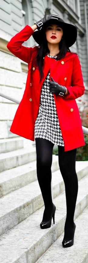 manteau rouge, robe droite blanche et noire à motif pied-de-poule, escarpins en cuir noirs, gants en cuir noirs pour femme