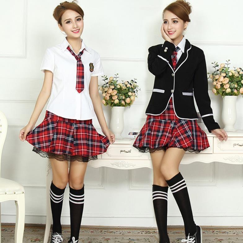 50f14e2c93444 Estos son uniformes de escuela. Los uniformes tienen faldas a cuadros  rojos. Me gustan las faldas mucho.