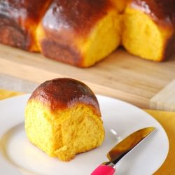 Easy pumpkin buns made with soy milk and vanilla. Enjoy them with jam, honey or just plain, they are delicious on their own (in Spanish with translator).