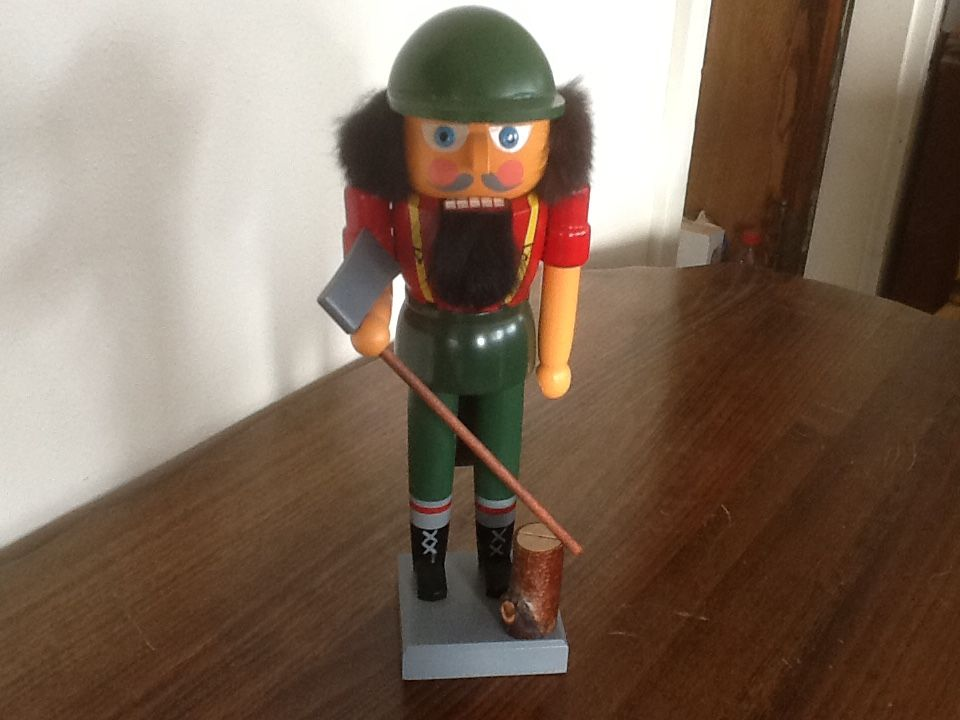 Marked with sticker made in german democratic republic veb raum und tafelschmuck gahlenz depicts a woodsman lumberjack his axe is removable
