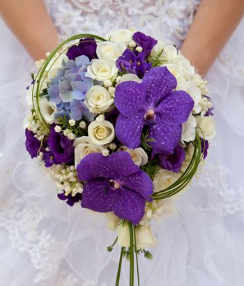Bride with bouquet, closeup #bridalbouquetpurple