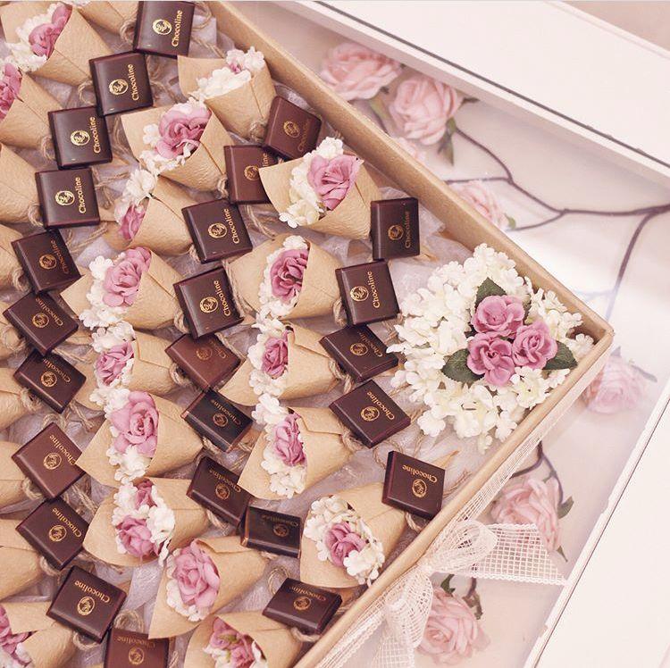 توزيعات جديدة ميني بوكيه سعر البوكيه ١٠ ومع الشوكولاته ١٢ سعر البوكس ٦٠٠ ريال وبداخله ٥٠ بوك Gifts For Wedding Party Sweets Table Wedding Eid Gifts