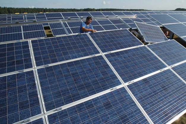 Before You Can Calculate How Many Solar Panels You Can Place On Your Roof You Must First Know The Size Of An Average Sola In 2020 Solar Solar Panels Best Solar Panels