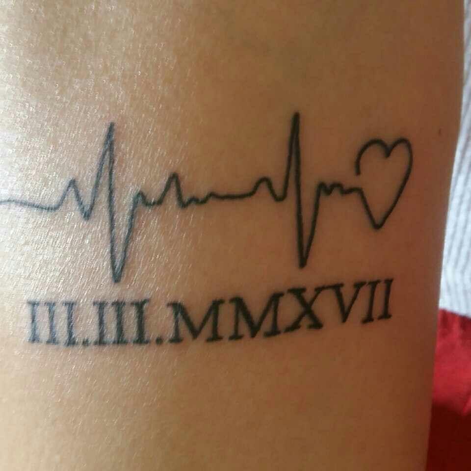 Ideia de tatuagem para casal com data de casamento em algarismos romanos