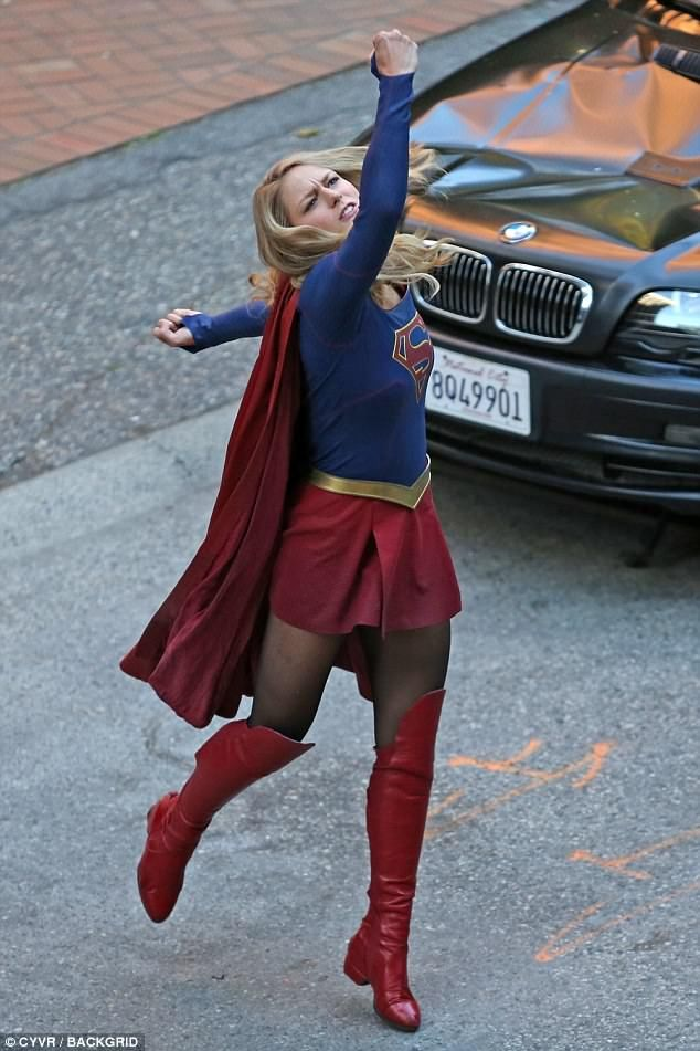 Melissa Benoist Throwing Punches While Filming Supergirl Melissa Supergirl Superman Girl Supergirl Cosplay