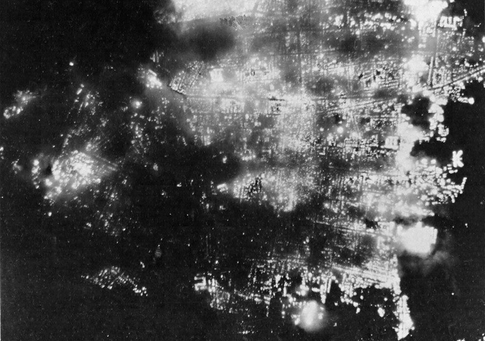 japónUna vista de noche de la quema de Toyama, Japón el 1 de agosto de 1945, después de 173 estadounidenses B-29 bombarderos lanzaron bombas incendiarias sobre la ciudad. Anteriormente un gran productor de aluminio, la ciudad fue del 95,6% demolido.