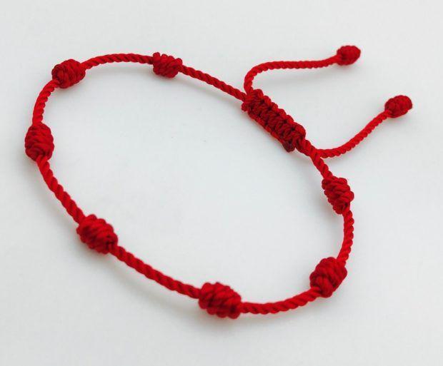 da60db6e987d Aquí el significado de llevar una pulsera roja de 7 nudos en la mano  izquierda