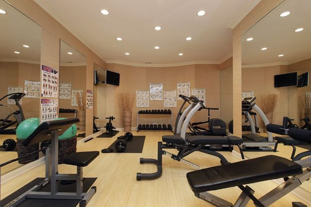 We love how this home gym has floor length mirrors