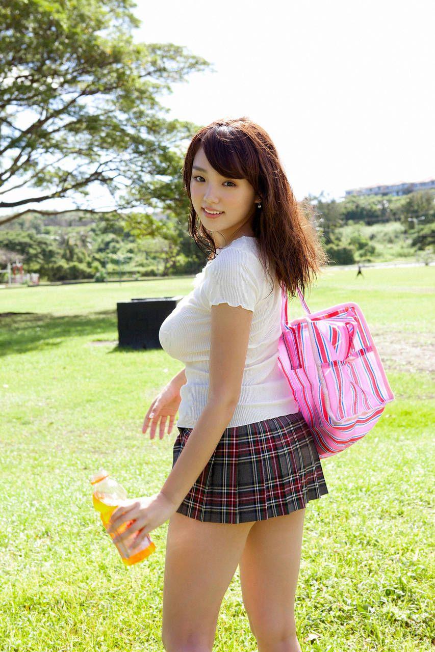 ミニスカート姿の飯田里穂さん