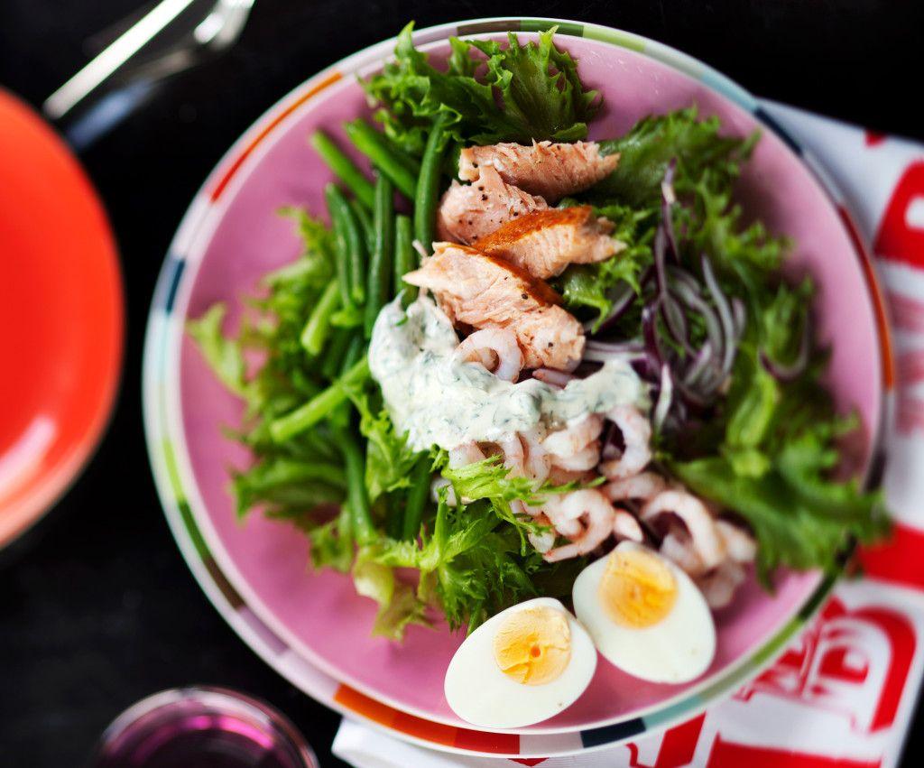 1. Pilko avokado tehosekoittimeen. Lisää limettimehu, valkosipuli ja chilinpalko. Jauha sileäksi. Sekoita joukkoon jogurtti ja piparjuuriraast…