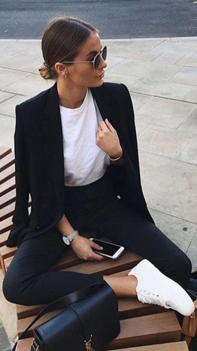 Weiße #Sneaker #weißes #Untershirt #und #schwarzer #Hosenanzug #Outfit. #Casual #work #yet #stylish #whitepantsuit