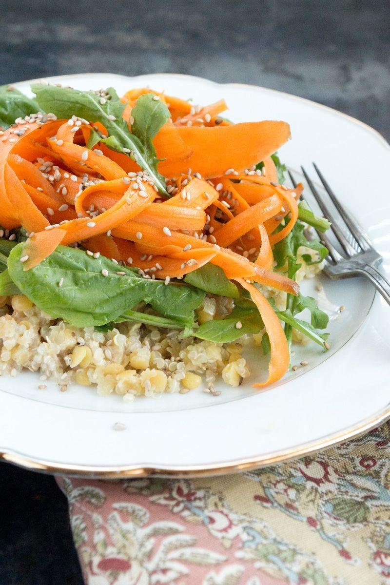 Karottenlocken auf Quinoa-Linsensalat mit Sesamdressing
