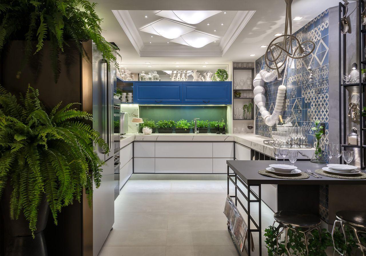 Cozinha Branca e Copa com Azulejo Decorativo Azul