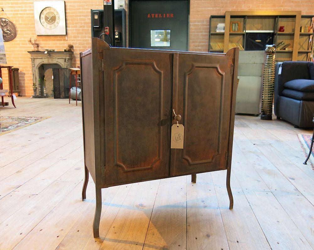 Petit cabinet métal, patine rouilletravaillée en Atelier.  Z&P, une boutique conviviale: 600m² d'exposition, dépôt-vente, brocante, atelier.