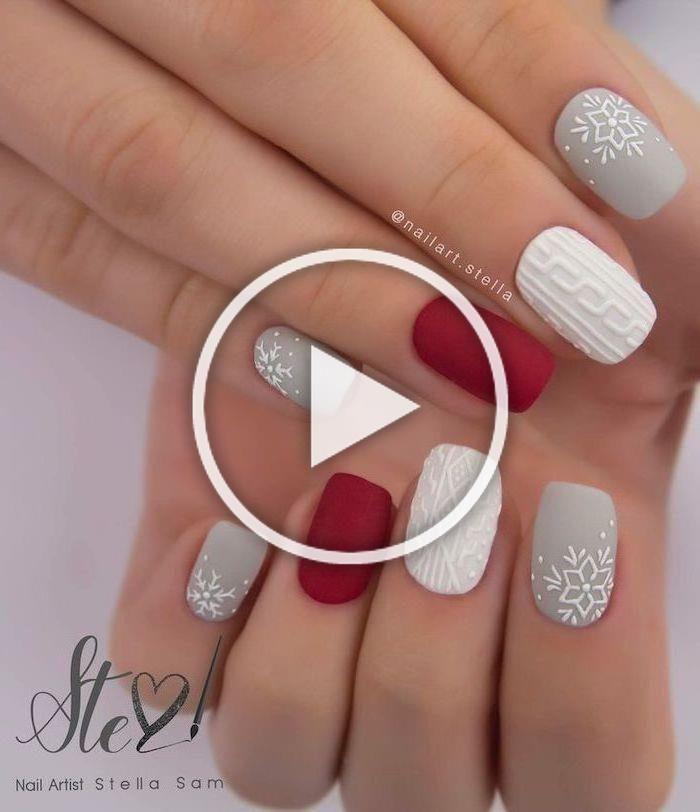 Weihnachtsnagelfarben, grauer weißer und roter Mattnagellack, Dekorationen auf dem mittleren Zeigefinger und kleine Finger