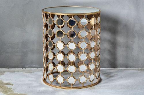 Fantasisk lekkert bord dekorert med runde speil og gull
