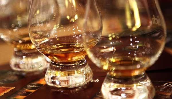 Des verres de Whisky dans une distillerie de Dufftown en Ecosse. REUTERS/David Moir