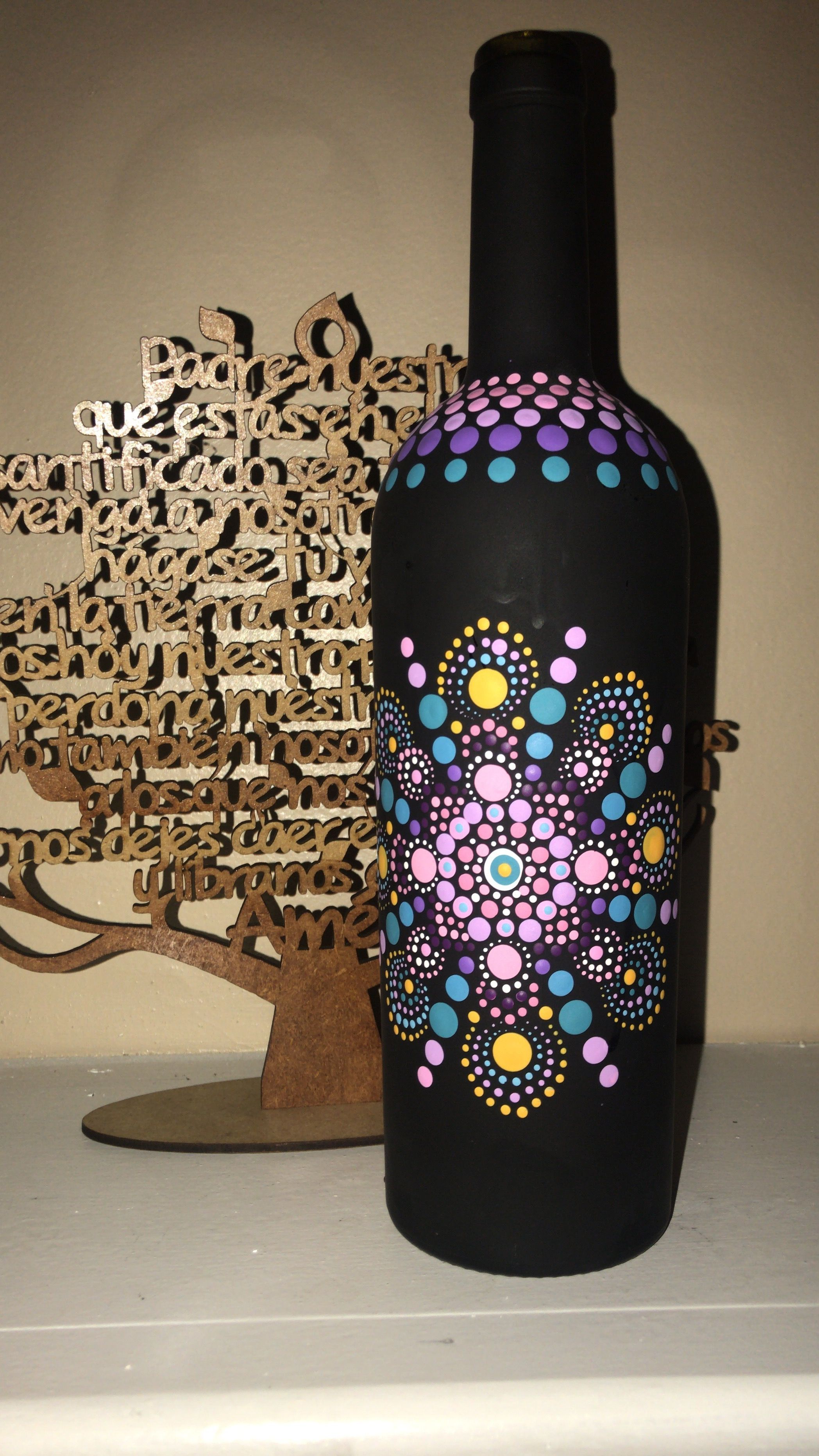 Calado en madera y un mandala en la botella arte dot