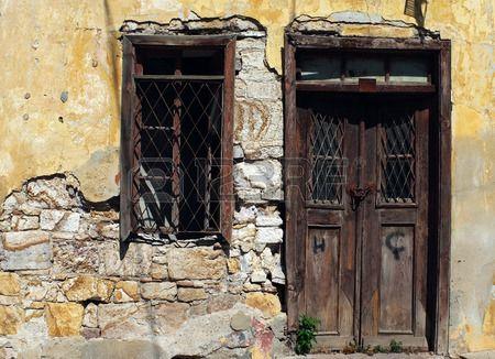 Antigua puerta de madera de la vendimia y la ventana en la ruina Foto de archivo