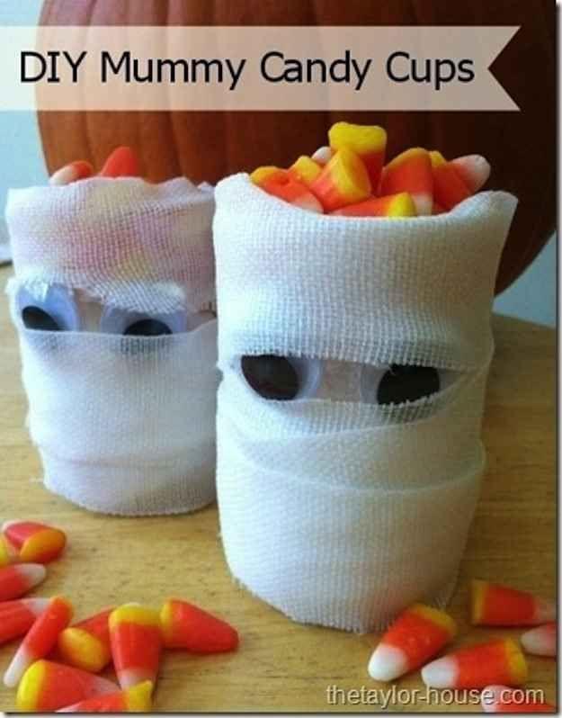 Mummy Cups \u003d great craft for kids; Wrap empty water bottles in gauze - kid halloween party ideas